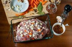 Un pezzo di carne di maiale cruda farcito con le carote e l'aglio fotografia stock libera da diritti
