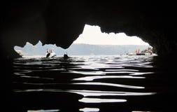 Un pezzo di cielo dalla caverna fotografia stock libera da diritti