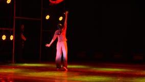 Un pezzo di danza popolare rossa del cittadino della seta- video d archivio