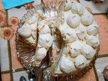 Un pezzo di dolce casalingo del soffio con meringa su un piatto bianco fotografie stock libere da diritti