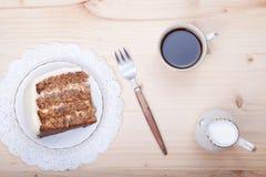 Un pezzo di dolce del pecan con la glassa bianca del buttercream Immagine Stock