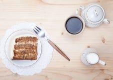 Un pezzo di dolce del pecan con la glassa bianca del buttercream Fotografia Stock