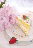 Un pezzo di dolce e di fiori Fotografia Stock