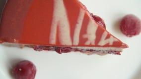Un pezzo di dolce in un piatto archivi video