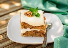 Un pezzo di dolce umido della noce e dello zucchini con formaggio cremoso Fros fotografie stock libere da diritti