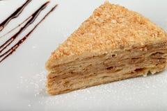 Un pezzo di millefoglie del dolce su un piatto Immagine Stock Libera da Diritti
