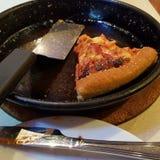 Un pezzo di pizza nella pentola Immagini Stock