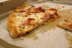 Un pezzo di pizza in una scatola immagine stock libera da diritti
