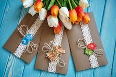 Un pezzo di pizzo del cotone con i fiori di carta e pezzo di carta marrone Fotografia Stock