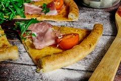 Un pezzo di primo piano della pizza sulla tavola immagine stock