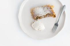 Un pezzo di torta di mele con gelato Immagine Stock