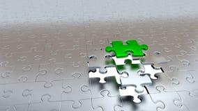 Un pezzo verde di puzzle che sfugge da quattro che l'altro argento collega Fotografia Stock