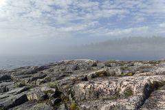 Un phénomène rare de temps - un nuage sur la surface d'un lac dessus photo stock