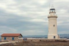 Un phare illuminant la baie photos libres de droits