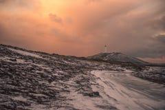 Un phare se tient dans la distance en Islande Photo stock