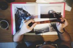 Un photographe avec un certain film photos libres de droits
