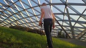 Un photographe et un jeune modèle vérifient si leur pantalon est sale en prenant des photos du postérieur banque de vidéos