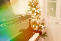 Un piano pendant la nuit de Noël photos stock