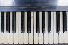 Un piano roto y dañado viejo imagen de archivo