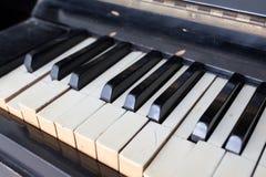 Un piano roto y dañado viejo foto de archivo libre de regalías