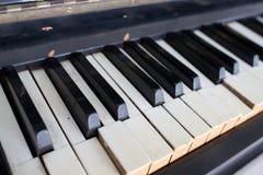 Un piano roto y dañado viejo imagenes de archivo