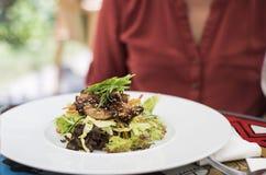 Un piatto bianco con il piatto di pollo asiatico fotografie stock libere da diritti