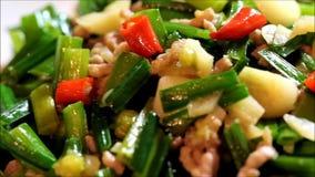 Un piatto chiamato carne macinata di suino fritta germoglio della erba cipollina stock footage