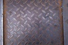Un piatto d'acciaio con grano di ruggine da ogni parte della superficie fotografia stock libera da diritti