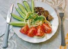 Un piatto degli spaghetti con carne ed i pomodori Fotografia Stock