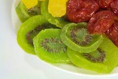 Un piatto dei pomodori, dell'ananas e del kiwi secchi Immagine Stock