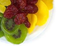 Un piatto dei pomodori, dei manghi, dell'ananas e del kiwi secchi Fotografia Stock