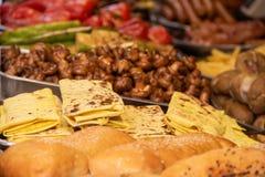 Un piatto del khachapuri nei precedenti dello shawarma e dei funghi fritti fotografia stock