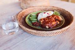 Un piatto del lemak di Nasi in ristorante malese immagine stock