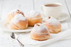 Un piatto della crema dei choux con una tazza di tè o di caffè per un afterno Fotografie Stock