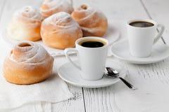 Un piatto della crema dei choux con una tazza di tè o di caffè per un afterno Fotografia Stock