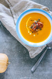 Un piatto della minestra con un jamon, aglio della zucca Fotografia Stock