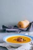 Un piatto della minestra della zucca con un jamon Immagine Stock