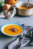 Un piatto della minestra della zucca con un jamon, un aglio, un timo e una crema Immagini Stock Libere da Diritti