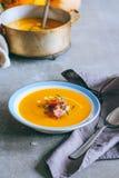Un piatto della minestra della zucca con un jamon, un aglio, un timo e una crema Immagine Stock