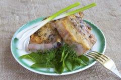 Un piatto di bistecca e delle erbe fresche immagine stock