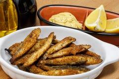Un piatto di esca bianca con senape fresca Mayo immagini stock