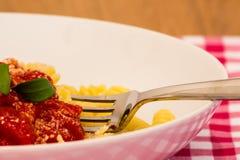 Un piatto di pasta pronto da mangiare Immagine Stock