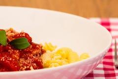Un piatto di pasta pronto da mangiare Fotografia Stock Libera da Diritti