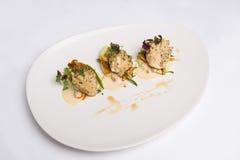 Un piatto di pesce su fondo bianco Fotografie Stock Libere da Diritti