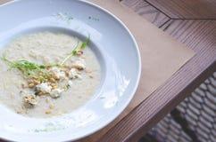 Un piatto di risotto con i germogli sta su una tavola marrone del caffè fotografia stock libera da diritti