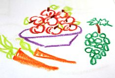Un piatto in pieno delle mele e carote ed uva sul disegno del ` s del bambino Immagine Stock Libera da Diritti