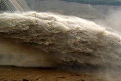 Un picco artificiale dell'inondazione della presa della diga Fotografie Stock