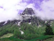 Un picco delle alpi svizzere circondate da nebbia fotografia stock