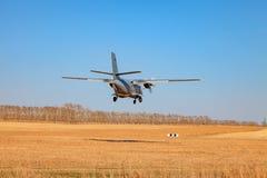 Un piccolo aereo per il trasporto delle terre dei paracadutisti e dei passeggeri in un campo su una pista di atterraggio con erba immagini stock