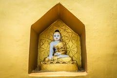 Un piccolo altare buddista con le statue di Buddha Fotografia Stock